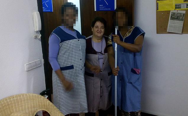 Equipo del taller de limpieza-plancha y costura